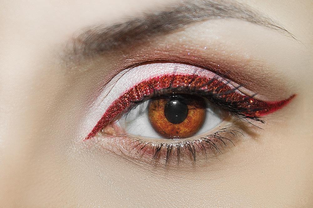 eyelash-3322347_1920.jpg
